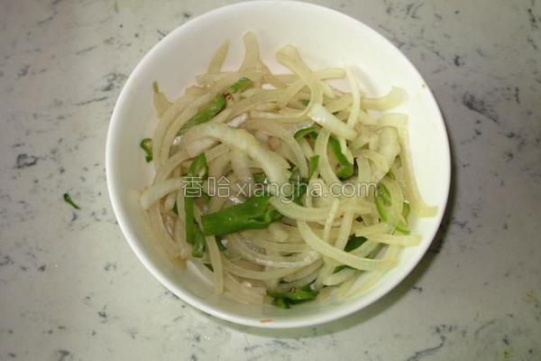 凉调洋葱拌青椒的做法