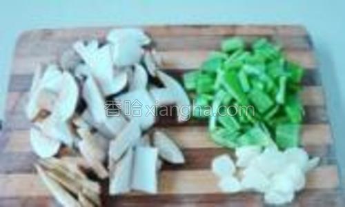 白牛肝菌切片,青椒去籽洗净切片,蒜切片。
