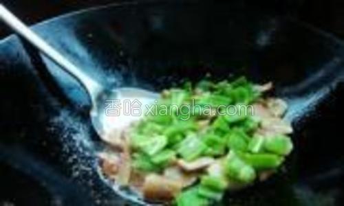 放入青椒片翻炒片刻,加入盐调料即可出锅。