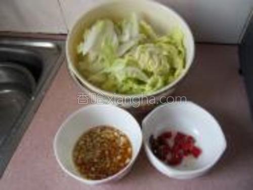 娃娃菜切粗条,辣椒切段,蒜剁成细末,加芝麻油调成蘸料。