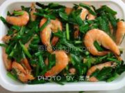 韭菜炒鲜虾做好了,装盘。