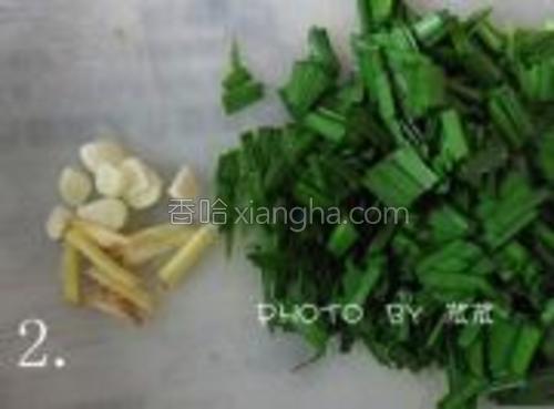 姜蒜切好后,再把韭菜洗净切小段备用。