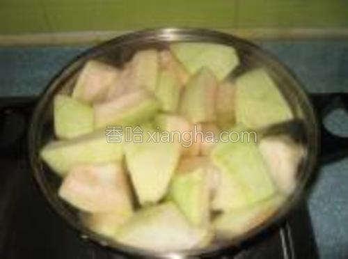 将柚子皮去除掉外面的那一层后,切块,放入开水锅中煮。