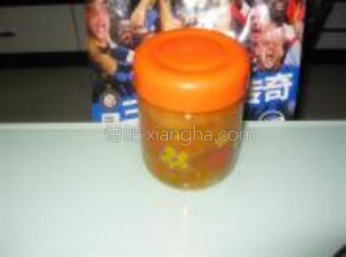 装瓶时注意啊,要一层柚子皮肉一层蜂蜜的装,装好后将瓶子倒置几分钟,放入冰箱冷藏保存。