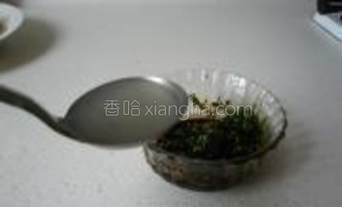 把麻油,老抽,香菜放入一干净的小碗,加入刚烫过面的一勺面汤