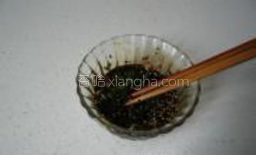 用筷子搅拌均匀