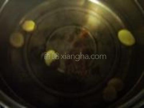 锅中煮开水放入姜片和桂圆肉。