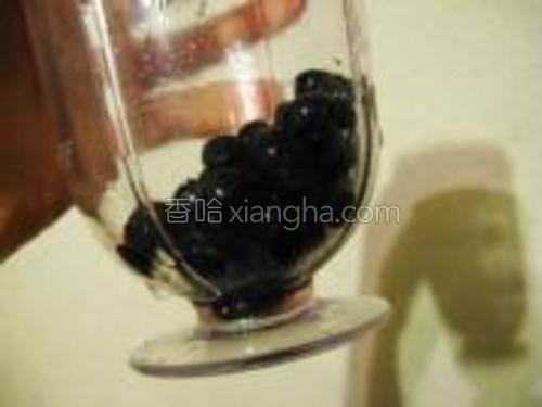 蓝莓放入食品处理机中打成浆。