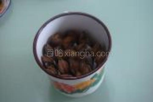 取一牙杯或炖罐将老蛏头朝上插满。