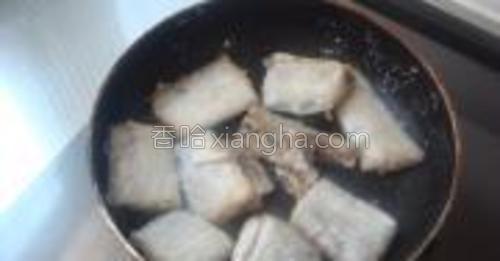 锅中倒少许油煎到带鱼两面定型即可乘出备用。