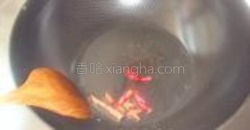 锅中倒油小火下入桂皮八角辣椒炸出香味。