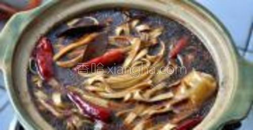 放入几粒红辣椒,大火煮开后,关火,卤制一夜即可入味。