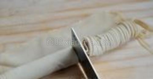 用刀把卷起来的部分切成细条。