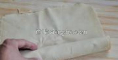 豆腐皮洗净后沿着一边卷起来,留5公分不卷。