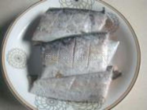 带鱼洗净,切成段并在两面分别划上斜刀,沥干水分。