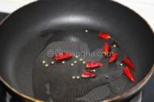 锅热下油,油热后下入干辣椒炒出香味。