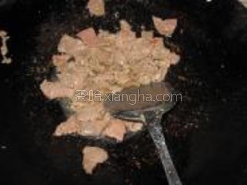 锅中倒油烧热,放入肉片看,快炒一下捞出。