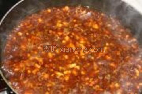 等肉转色时,倒入调好的酱汁,盖上锅盖,小火炖。