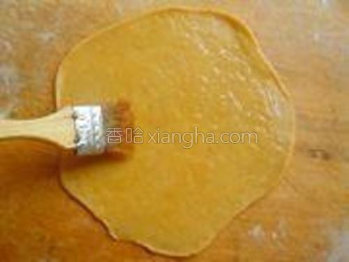 在薄饼表面刷一层薄油。