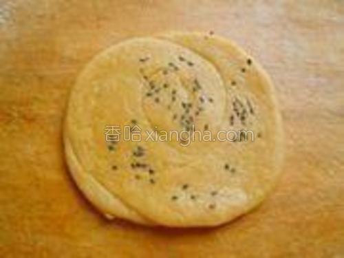 圆盘稍微醒五分钟,再次用擀面杖擀成小饼,成饼胚。