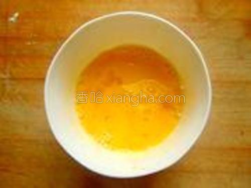 鸡蛋打散在碗里搅散。