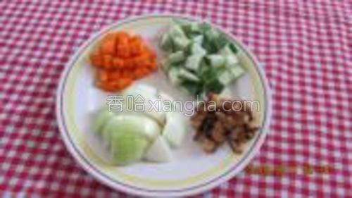 青瓜,紅蘿卜,大蔥和香菇都切成小粒狀。