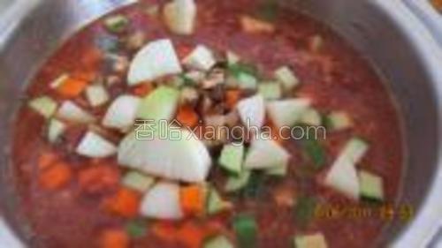 燒熱油,放入B料炒香后加入C料一起煮至滾,再放入青瓜,紅羅卜和大蔥稍煮一會兒。