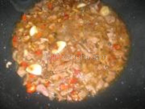 加盐,豆瓣酱,剁辣椒,生抽,生姜,蒜仔,红椒炒匀。