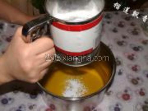 融化的黄油中筛入糖粉。