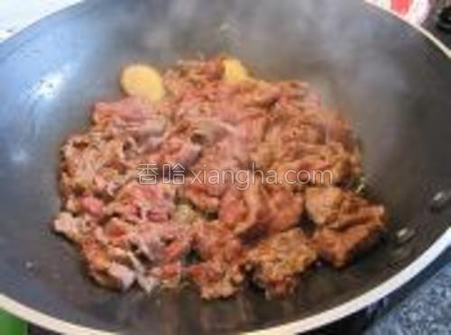 然后将腌好的牛肉倒入大火翻炒。