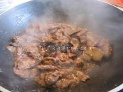 放入两勺子蚝油炒均匀。