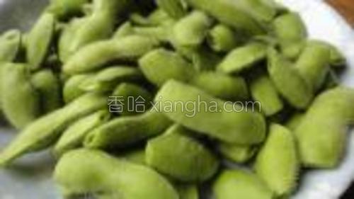新鲜的毛豆荚买回来的处理方法和蒜泥毛豆方法一样的,洗干净后剪去两头备用。