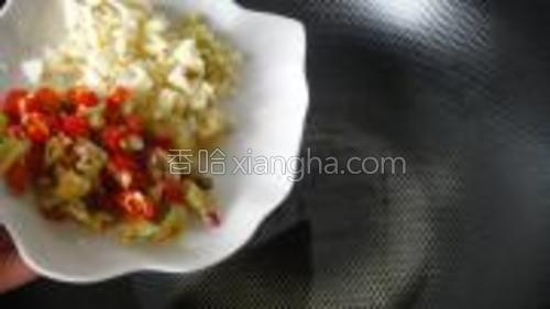 锅热注油,倒入姜蒜末和泡椒末爆香。