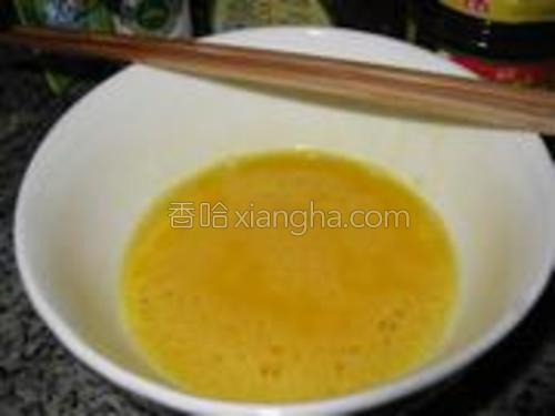 加入盐、三花酒(低度米酒)搅拌均匀。
