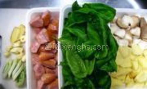 杏鲍菇洗净切小块,土豆去皮切小块,台湾香肠切滚刀小块,其他配料洗净切好。