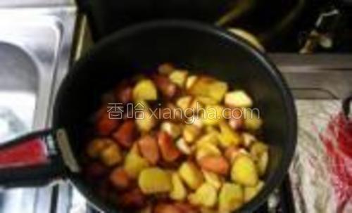 依次加入味淋和酱油,翻炒均匀,再加1杯水,加盖略焖煮一会儿。