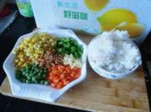 主辅料:米饭、海米、胡萝卜粒、青豆、熟玉米粒、蒜粒、青椒粒。