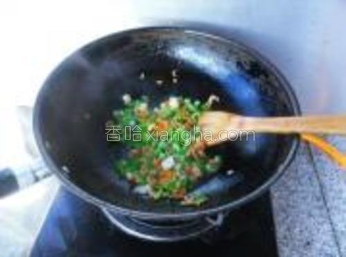 再放入海米、青豆、青椒粒炒香。