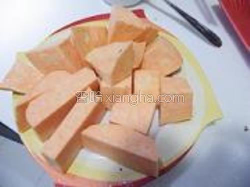 地瓜洗净去皮切小块。