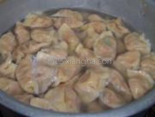 锅中放水,水开后下饺子,煮至浮起时,反复点水两次即可捞出食用。