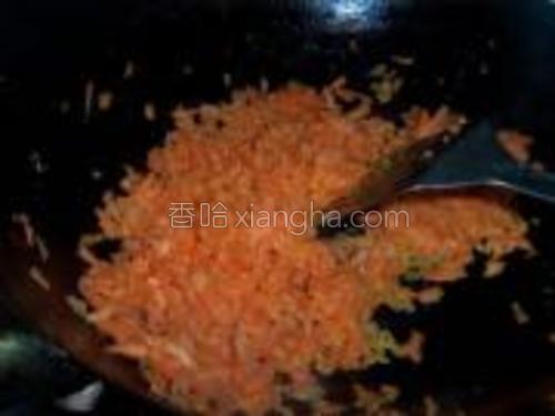 胡萝卜擦丝剁烂,用油炒软。