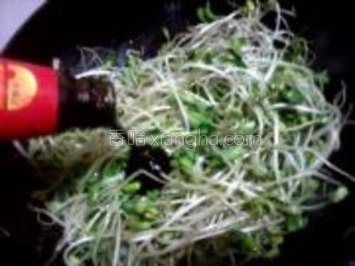 豆芽菜快炒1分后放入适量的耗油,大火炒1分半。