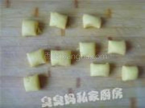 将和好的光滑面团搓条,切成小剂子。