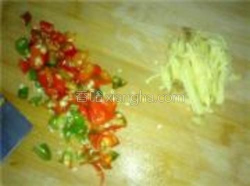 小米辣椒,蒜切碎。