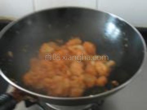 加入少许盐,翻炒均匀即可出锅。