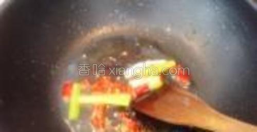 锅中热油,放入葱段和川椒、爆香