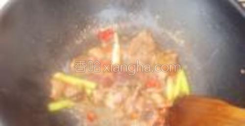 倒入腌渍好的牛肉片,滴入适量生抽和姜汁翻炒