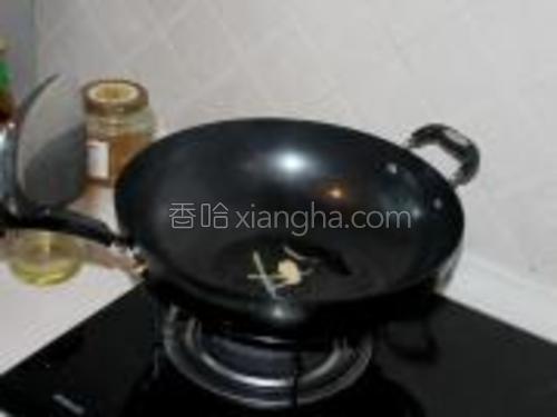 倒入少许油,将葱、姜小火爆香,稍后捞出不要,(注意姜最好切片,方便捞出)~