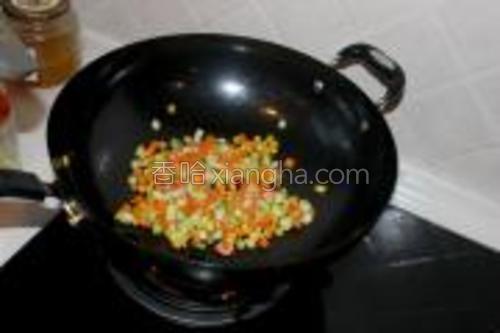 最后放入黄瓜丁,翻炒一会,就可以起锅了~