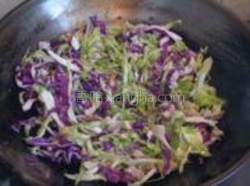 下甘蓝和卷心菜丝炒至断生。